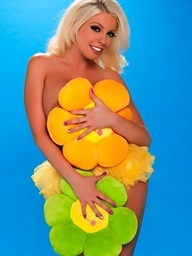 Britney Amber Hawt Blone Looking Lovely